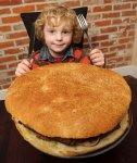 Ресторан предлагает приз за съедание огромного бургера