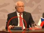 Президент Чехии украл ручку во время визита в Чили