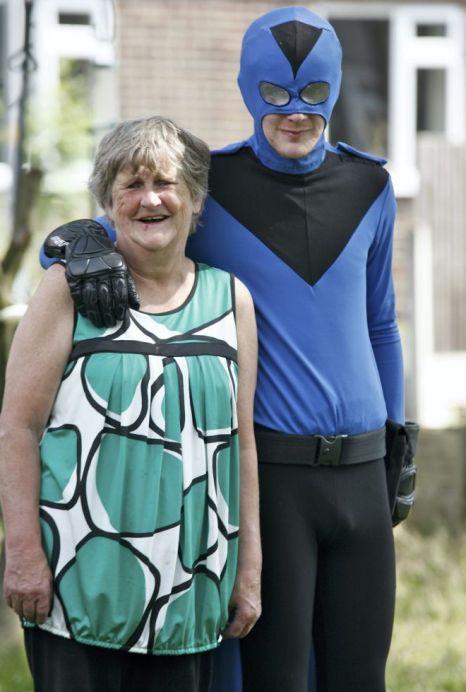 Британка переживает за безопасность сына-супергероя