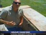 Работника кладбища уволили за танец на могиле