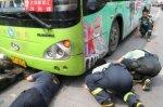 Водитель спрятался от полиции под автобус