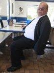 Толстый американец не помещается на сидениях ресторана