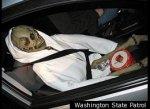 Американец нарушил ПДД при помощи скелета в машине