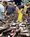 Американец выстрелил себе в ногу на оружейной выставке