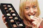 Работа англичанки заключается в поедании шоколада