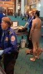 Недовольный проверками в аэропорту американец разделся