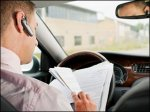 Женщина арестована за чтение книги за рулём