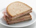 Мужчина напал на жену с бутербродом