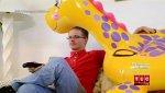 Американец проводит время в компании надувных игрушек