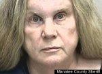 Женщина, поцеловавшая полицейского в нос, арестована