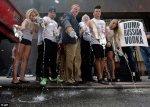 Владельцы баров выливают водку в знак протеста против русского закона