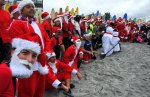 В США прошло мероприятие по сёрфингу Санта-Клаусов