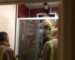Женщина застряла в окне, пытаясь достать выброшенные экскременты